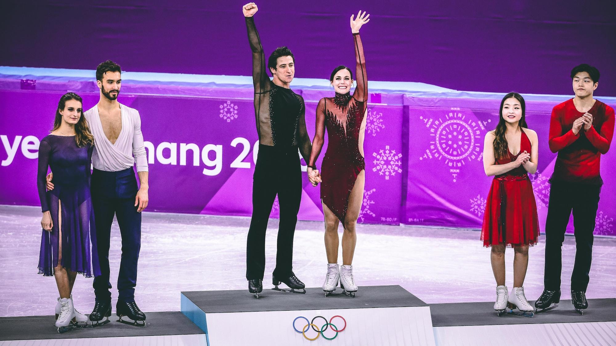 Scott Moir et Tessa Virtue (centre, médaillés d'or, aux côtés de Gabriella Papadakis et Guillaume Cizeron (gauche), médaillés d'argent, et Maia Shibutani et Alex Shibutani, médaillés de bronze en danse, aux Jeux olympiques de Pyeongchang.