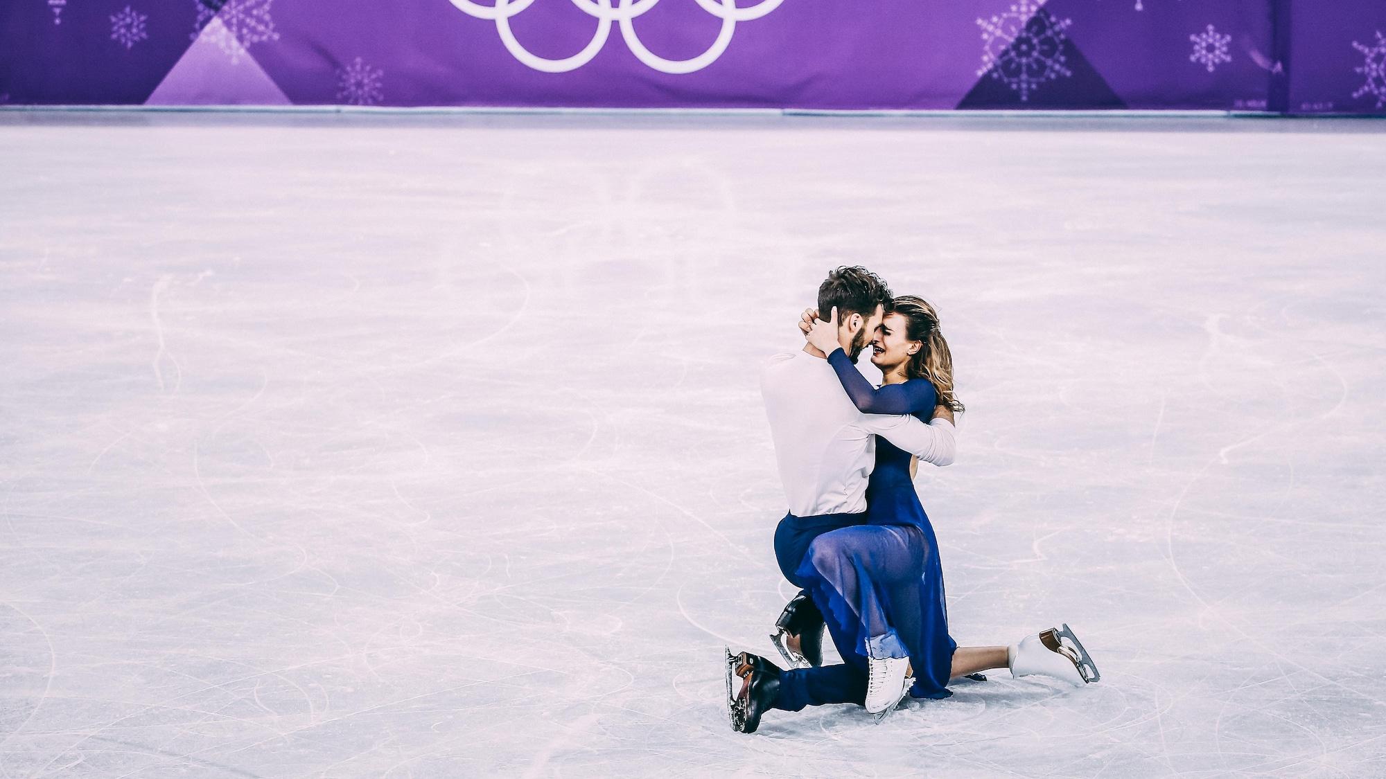 Gabriella Papadakis et Guillaumne Cizeron s'enlacent à l'issue de leur programme libre en danse aux Jeux olympiques de Pyeongchang, à l'aréna de Gangneung.