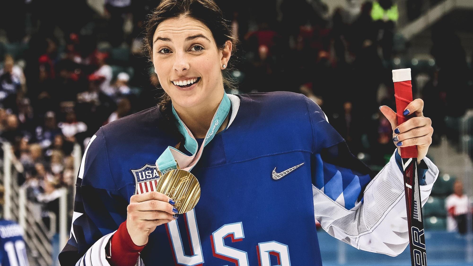 Hilary Knight montre fièrement sa médaille d'or après la victoire des États-Unis contre le Canada en finale aux Jeux olympiques de Pyeongchang.