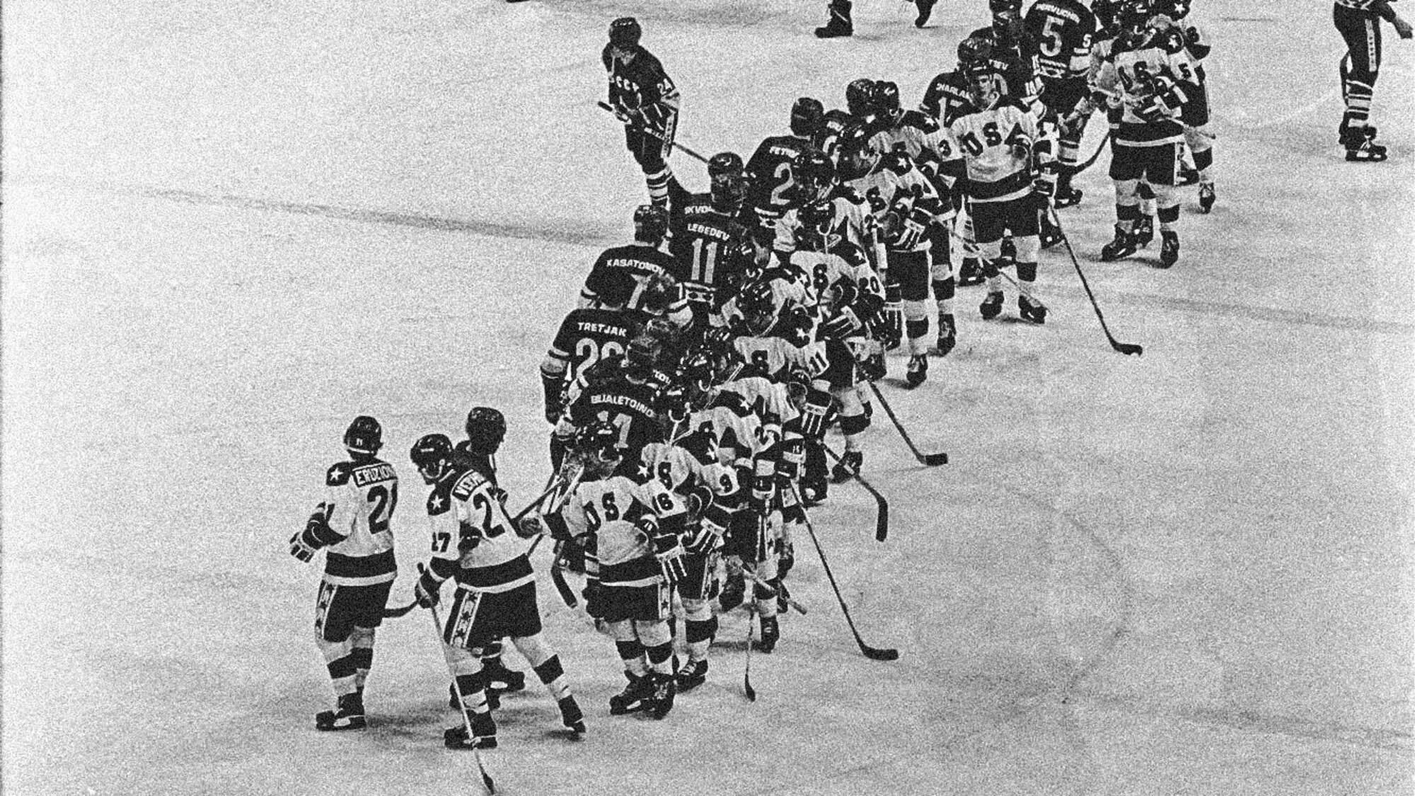 Les joueurs des États-Unis et ceux de l'URSS se serrent la main après la victoire américaine aux Jeux olympiques de Lake Placid.
