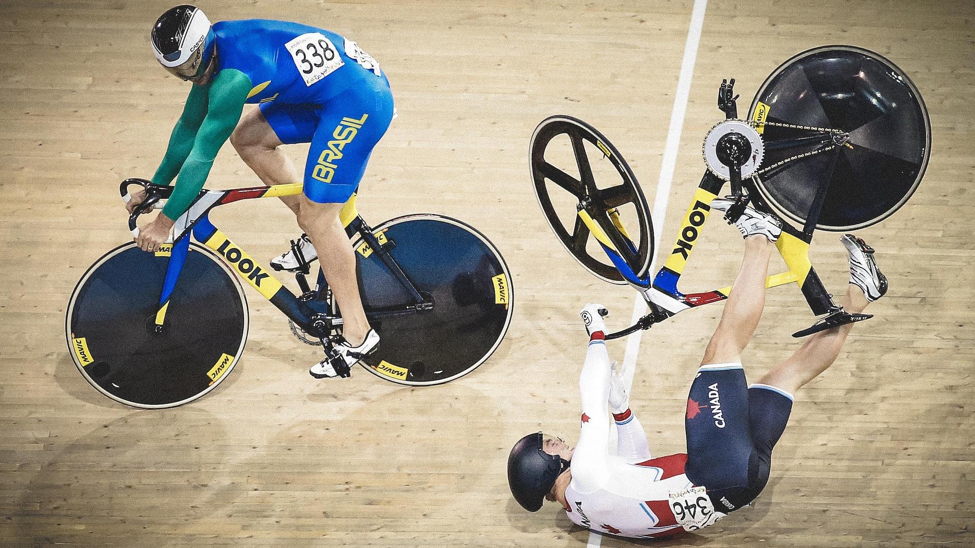 Hugo Barrette chute sur la piste du vélodrome pendant une course.