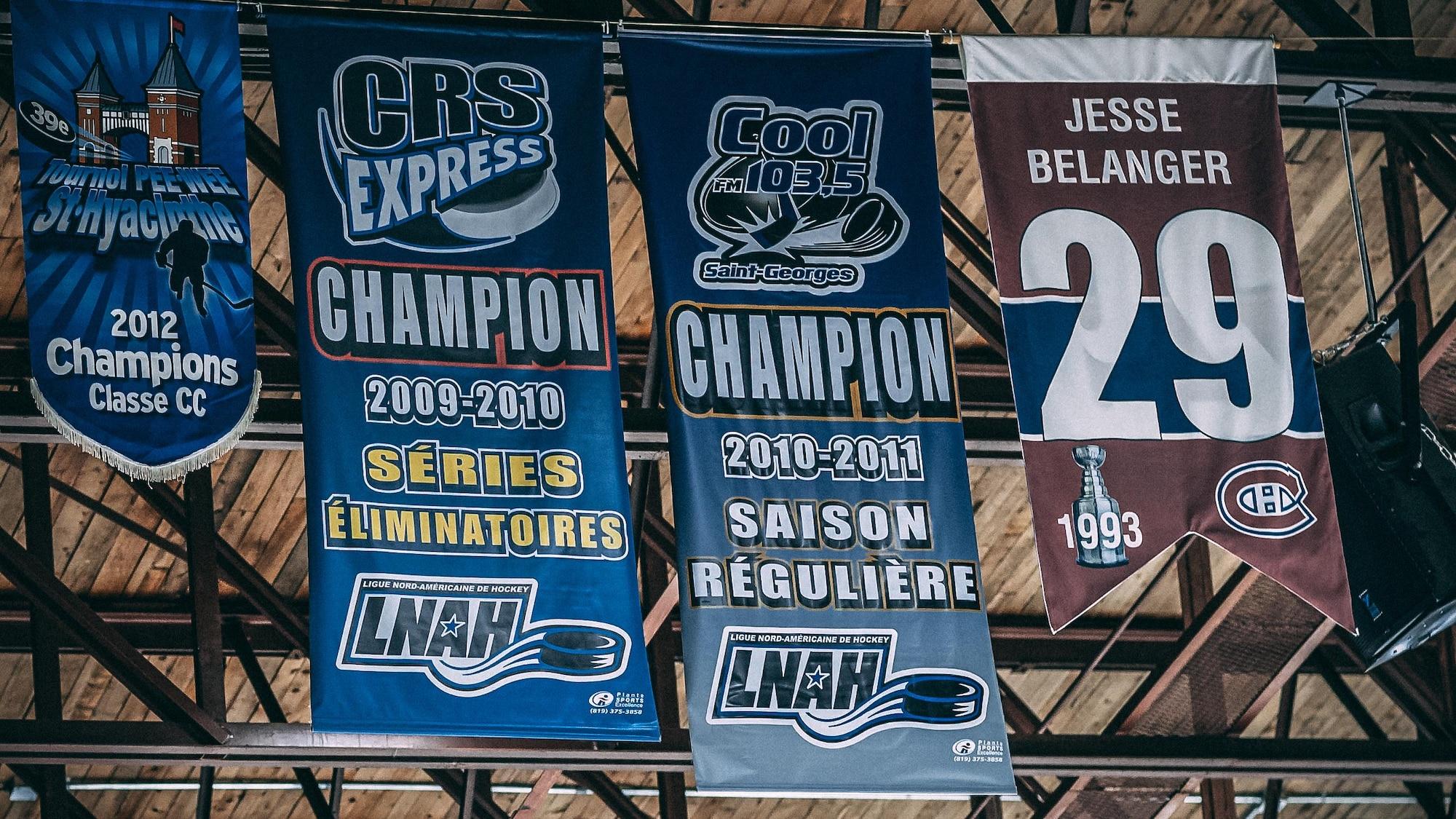 Le numéro 29 de Jesse Bélanger suspendu au plafond du centre Lacroix-Dutil.