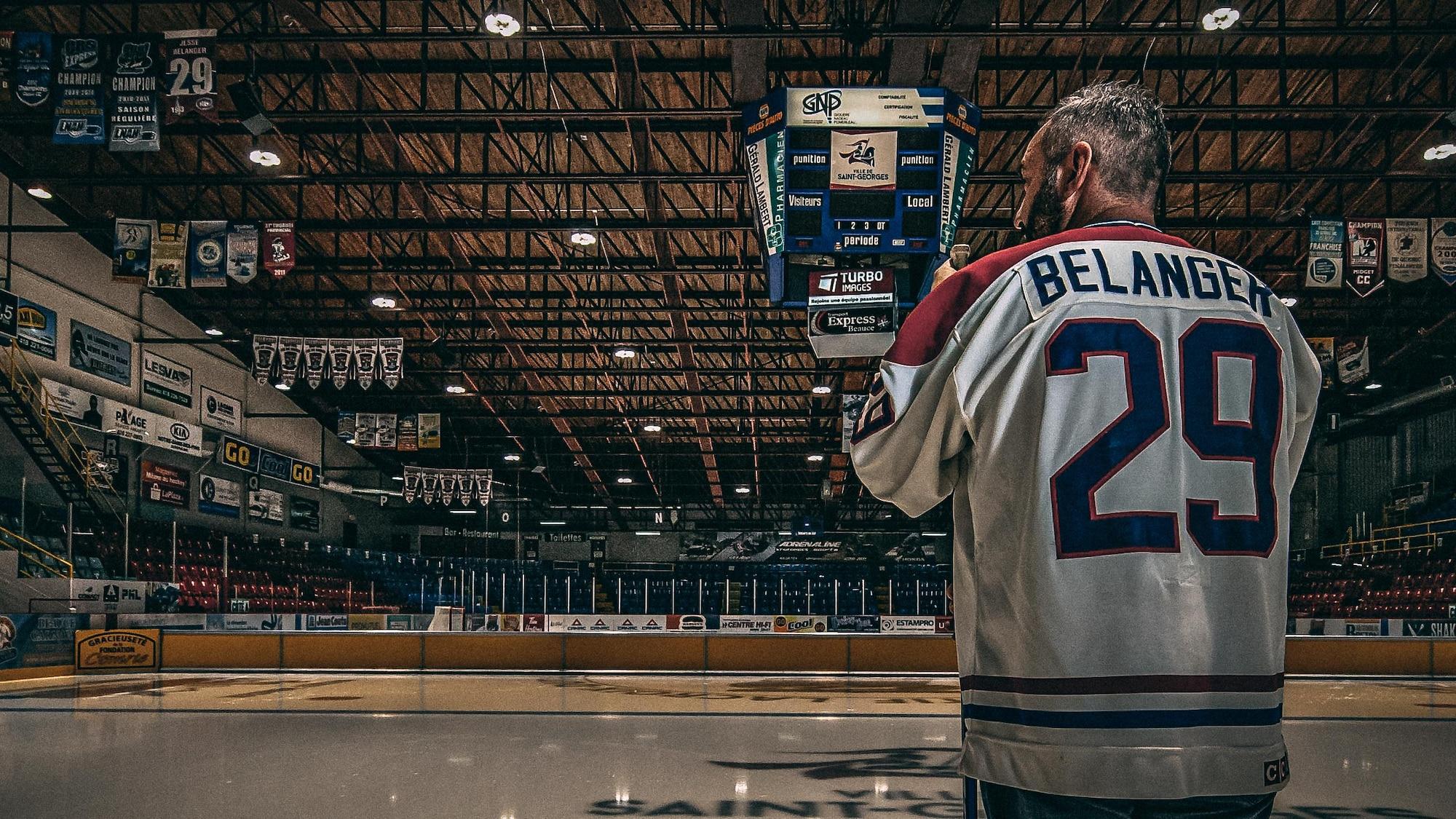 Jesse Bélanger, qui porte le chandail numéro 29 du Canadien de Montréal, regarde la patinoire.