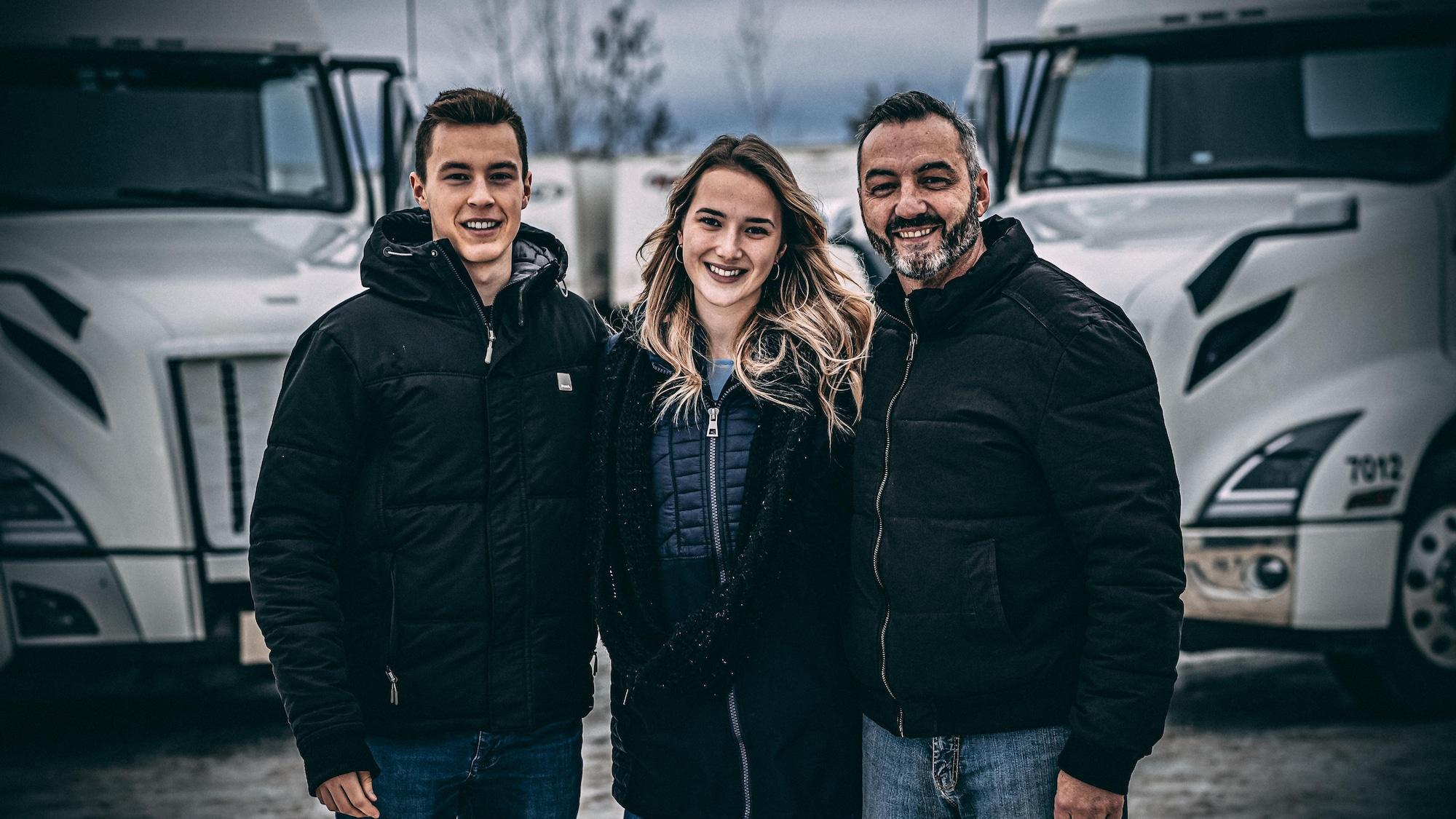 Raphaël Lessard, Coralie et Jesse Bélanger sourient et regardent la caméra.