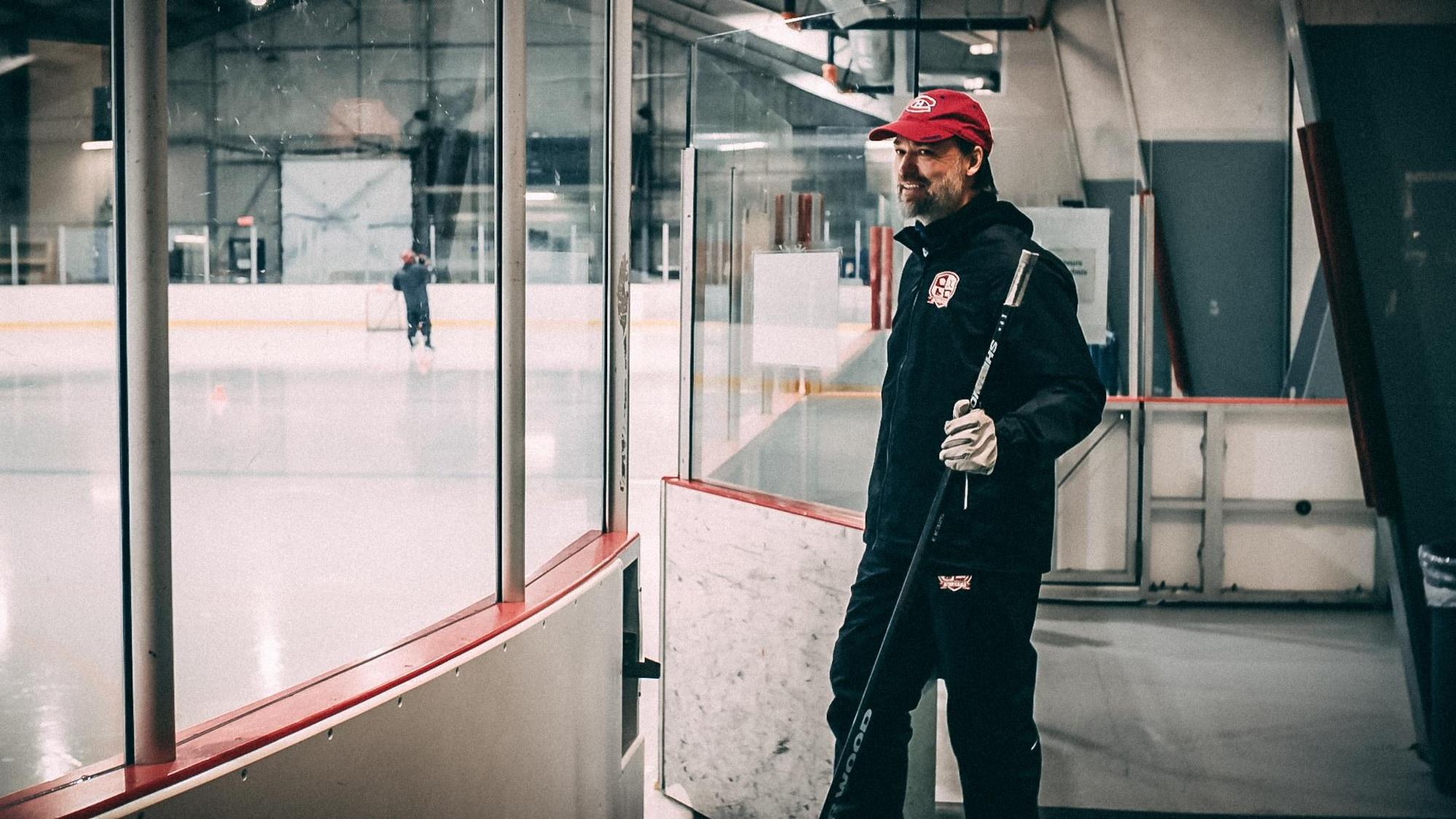 Joé Juneau ouvre la porte de la patinoire de l'aréna de Uashat Mani-Utenan