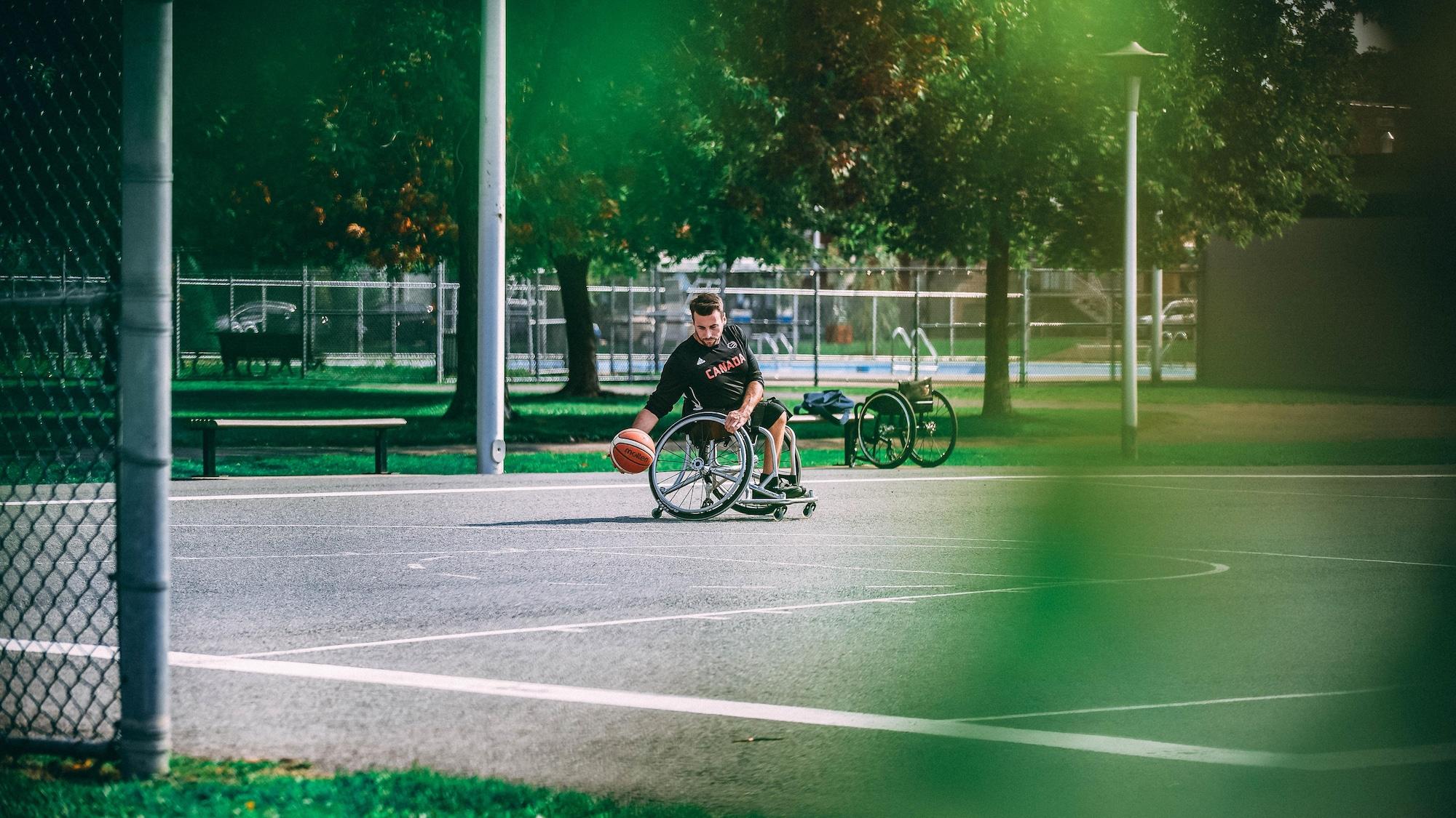 Jonathan Vermette dribble avec le ballon pendant une séance d'entraînement.