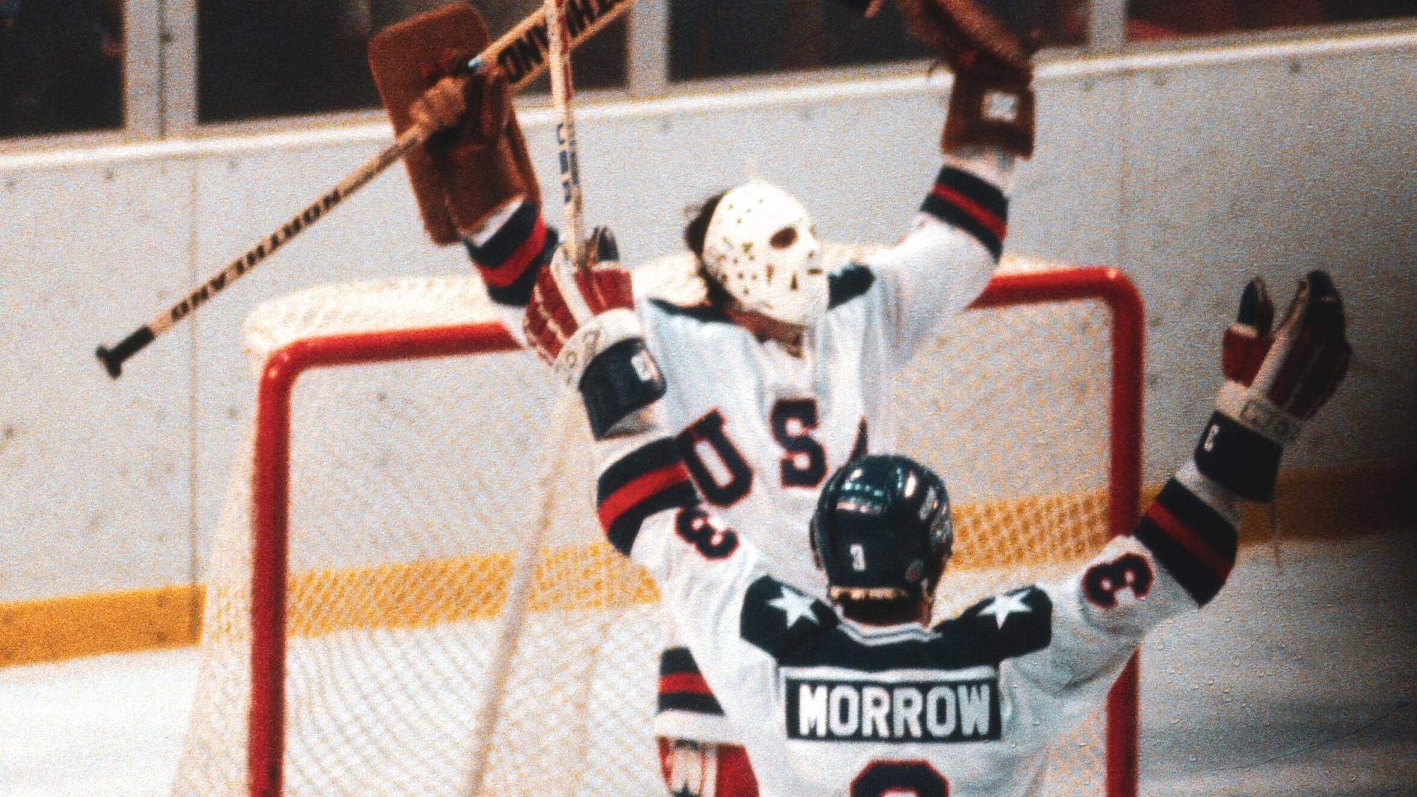 Ken Morrow se dirige vers le gardien Jim Craig lorsque la victoire des États-Unis contre l'URSS est devenue officielle.