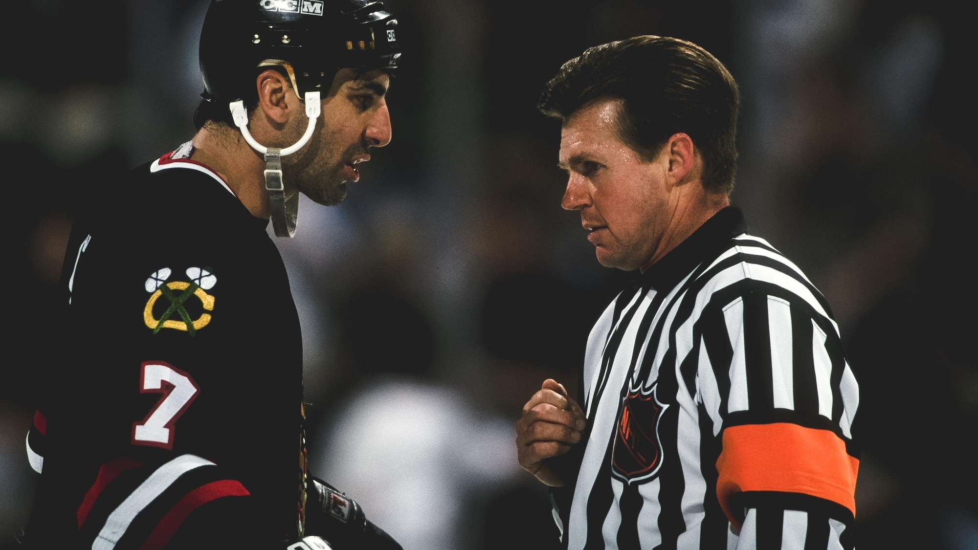 Kerry Fraser discute avec Chris Chelios, capitaine des Blackhawks de Chicago, au printemps 1998.