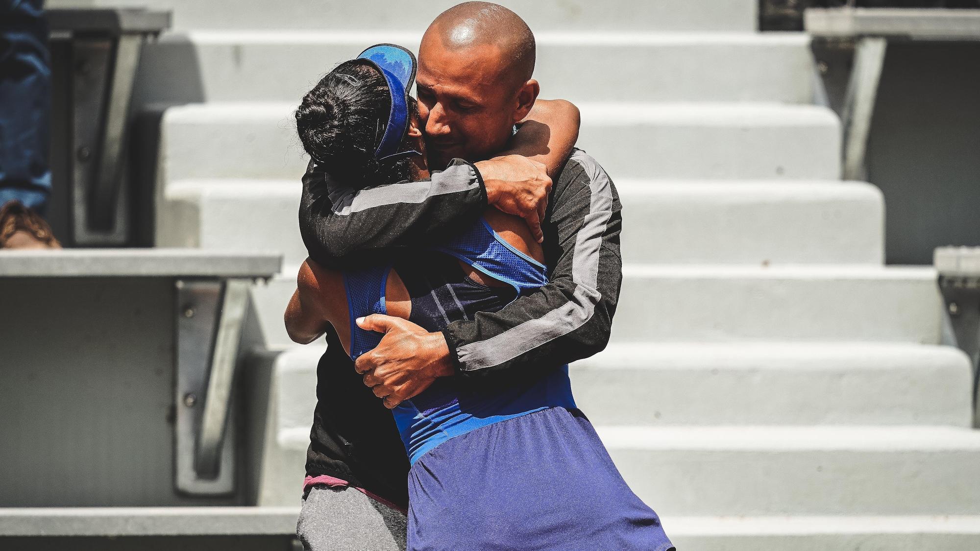Leylah Annie Fernandez enlace son père Jorge après sa victoire en finale à Roland-Garros.