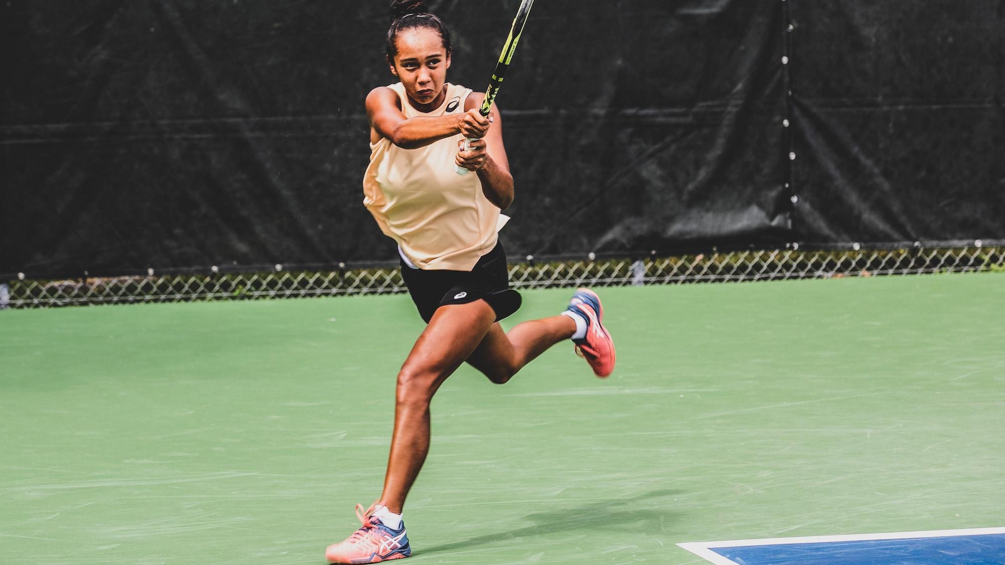 Leylah Annie Fernandez frappe une balle pendant une séance d'entraînement.