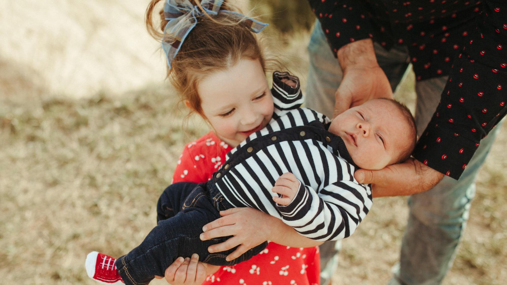 La fille de Manuel Osborne-Paradis, Sloane, tient son petit frère Toby dans ses bras.