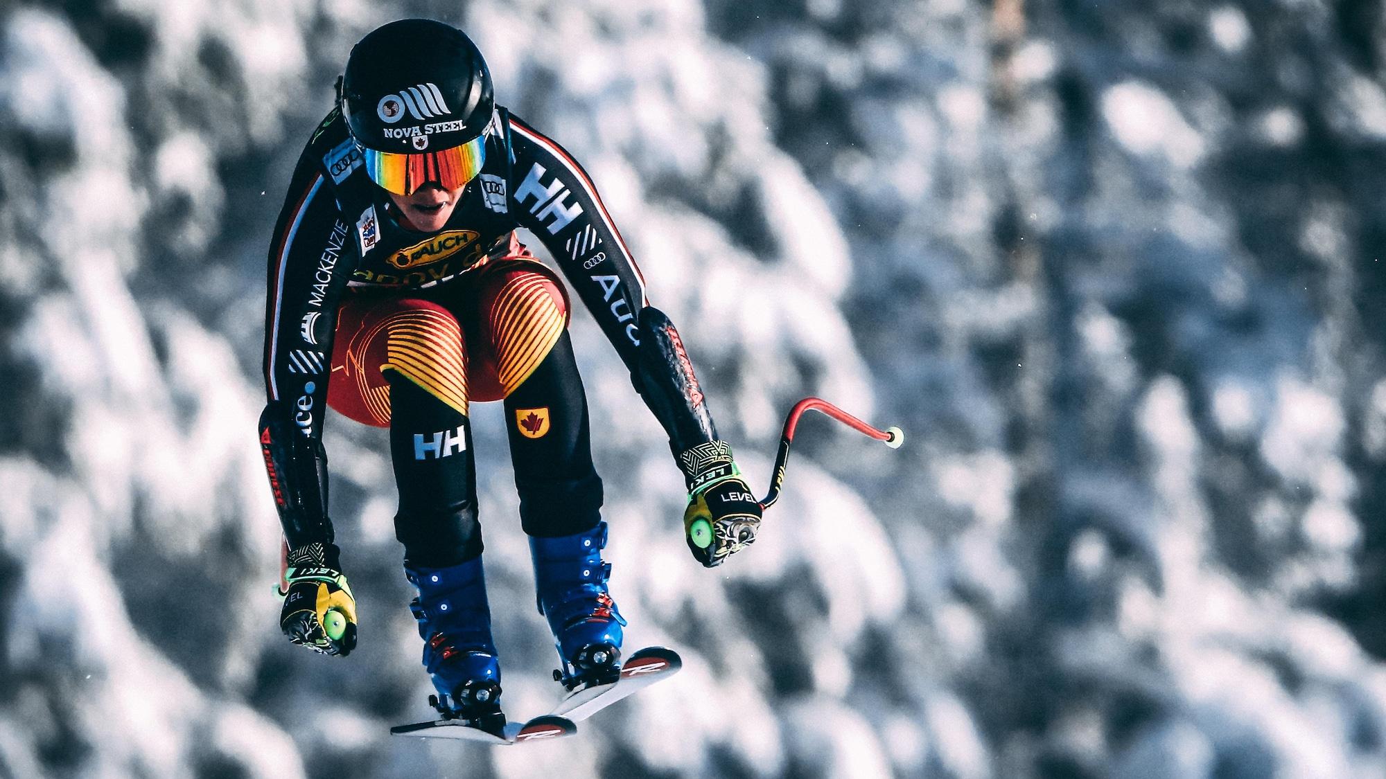 Marie-Michèle Gagnon est suspendue dans les airs pendant un saut, à la Coupe du monde de Lake Louise.