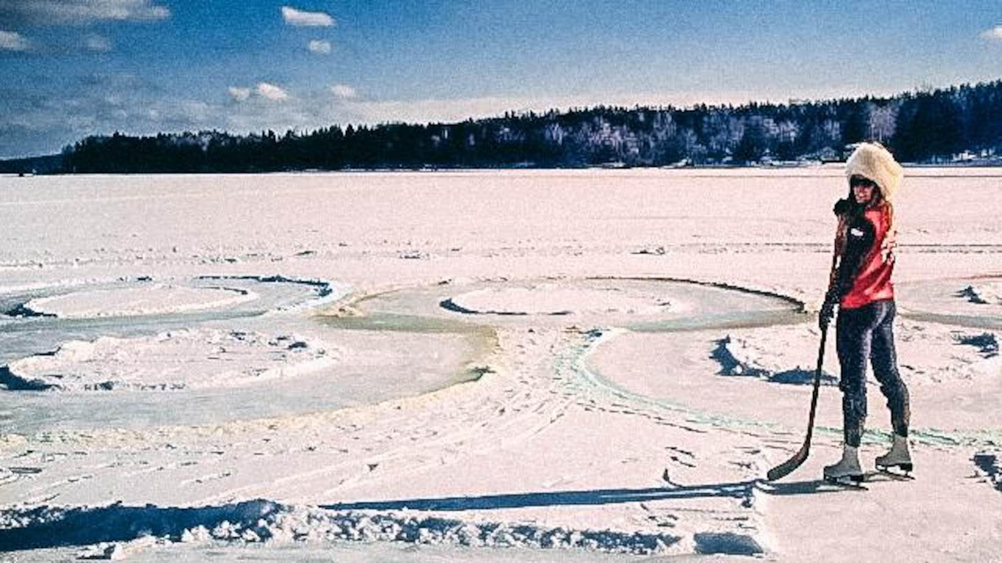 Un bâton de hockey dans les mains, Marie-Michèle Gagnon se tient en patin sur le lac Etchemin.