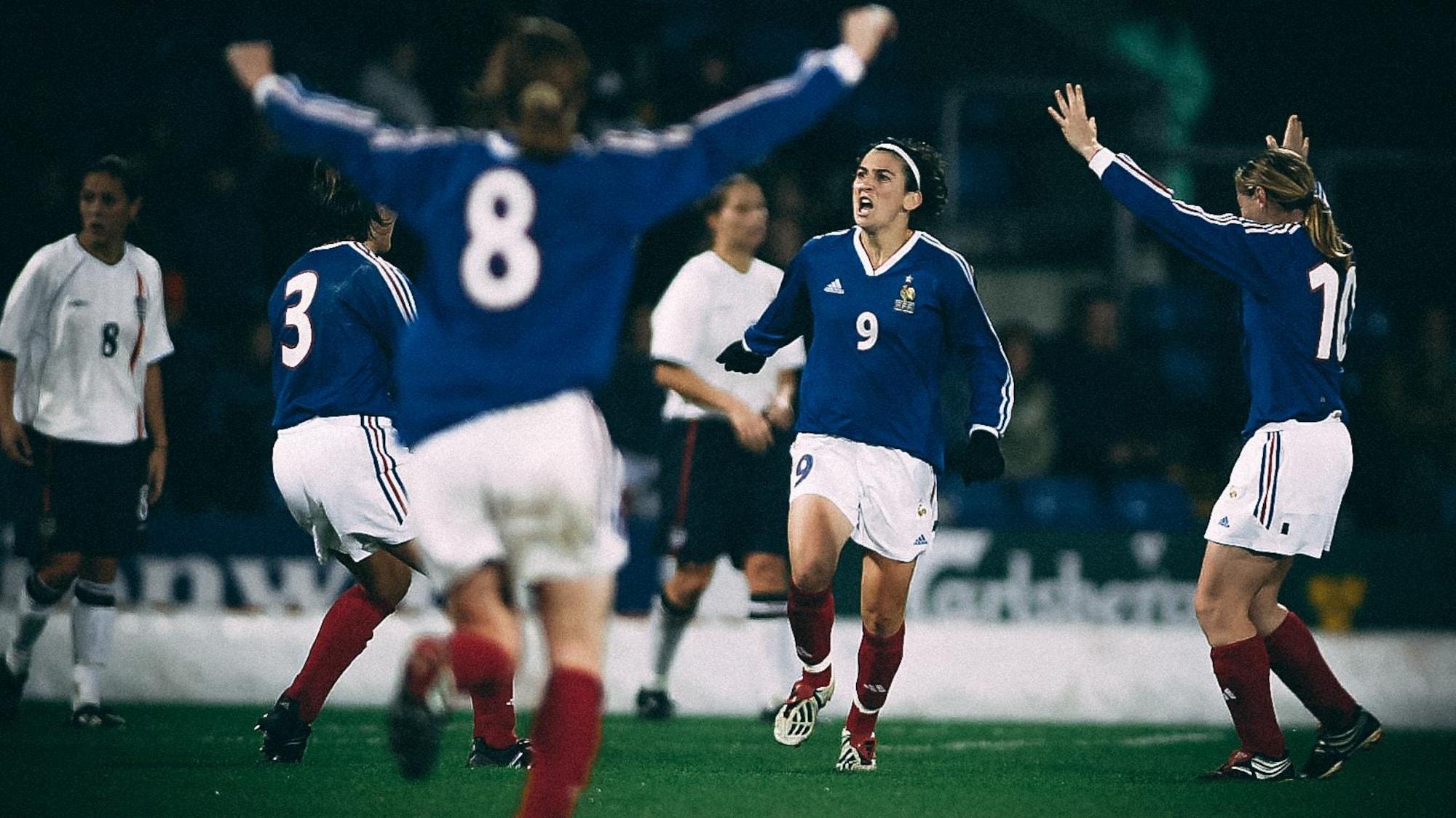 Marinette Pichon vient de marquer un but contre l'Angleterre, en 2002.