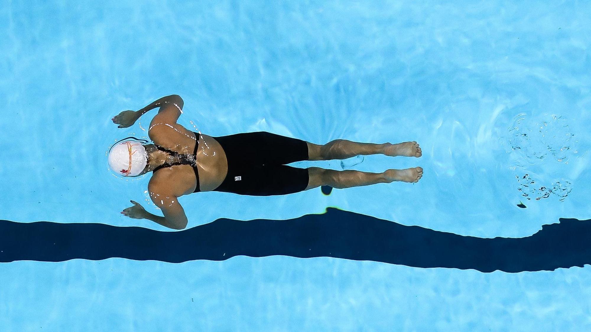 Une nageuse avance pendant une compétition.