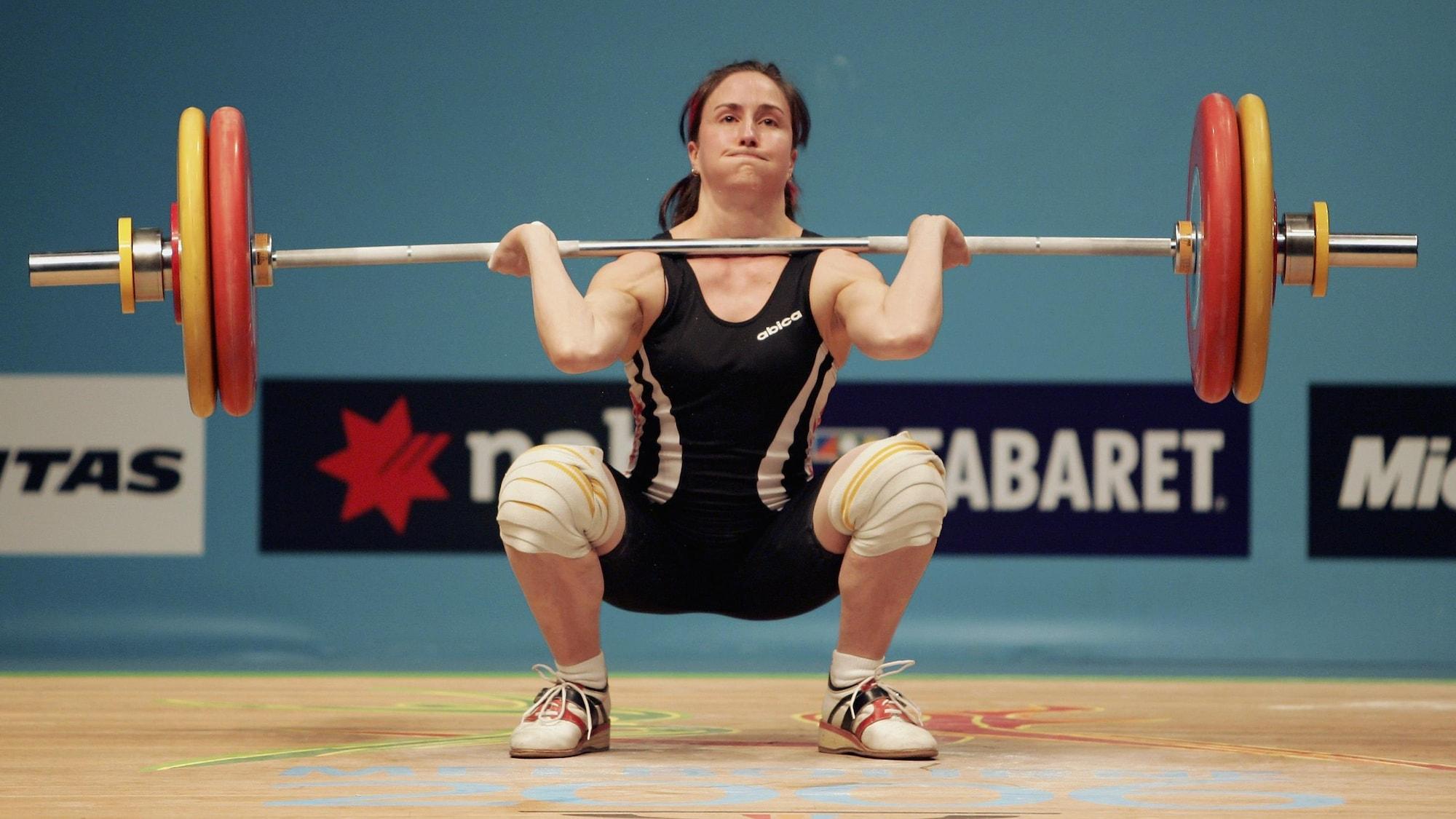 Maryse Turcotte soulève une barre pendant la compétition d'haltérophilie.
