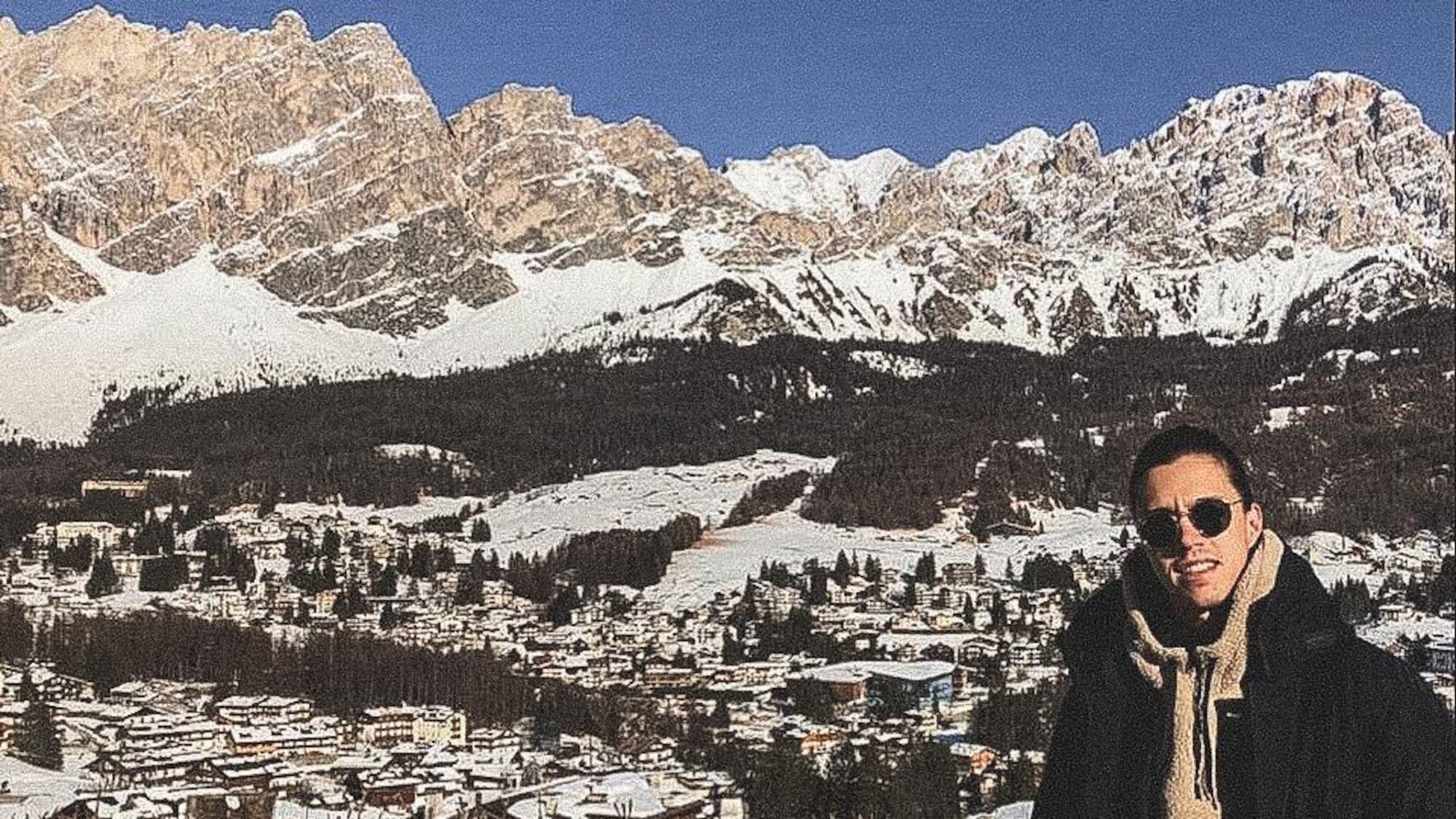 Mathieu Ayotte pose devant les alpes italiennes enneigées.