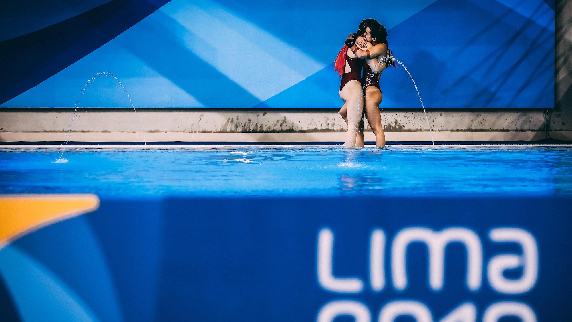 Caeli McKay et Meaghan Benfeito s'enlacent après leur victoire en plongeon synchronisé à la plateforme de 10 m aux Jeux panaméricains de Lima, au Pérou, à l'été 2019.