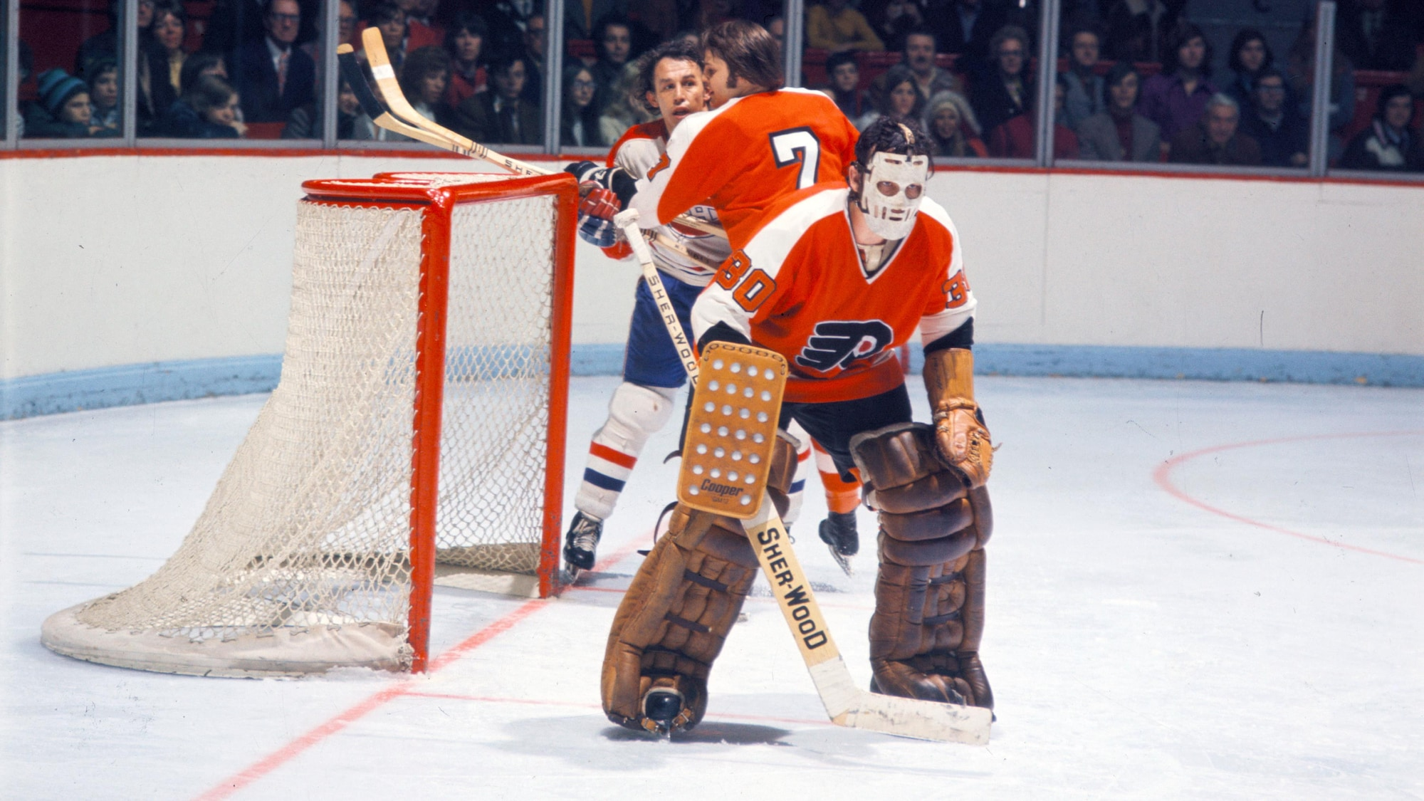 Michel Belhumeur suit le jeu du regard devant le filet des Flyers.