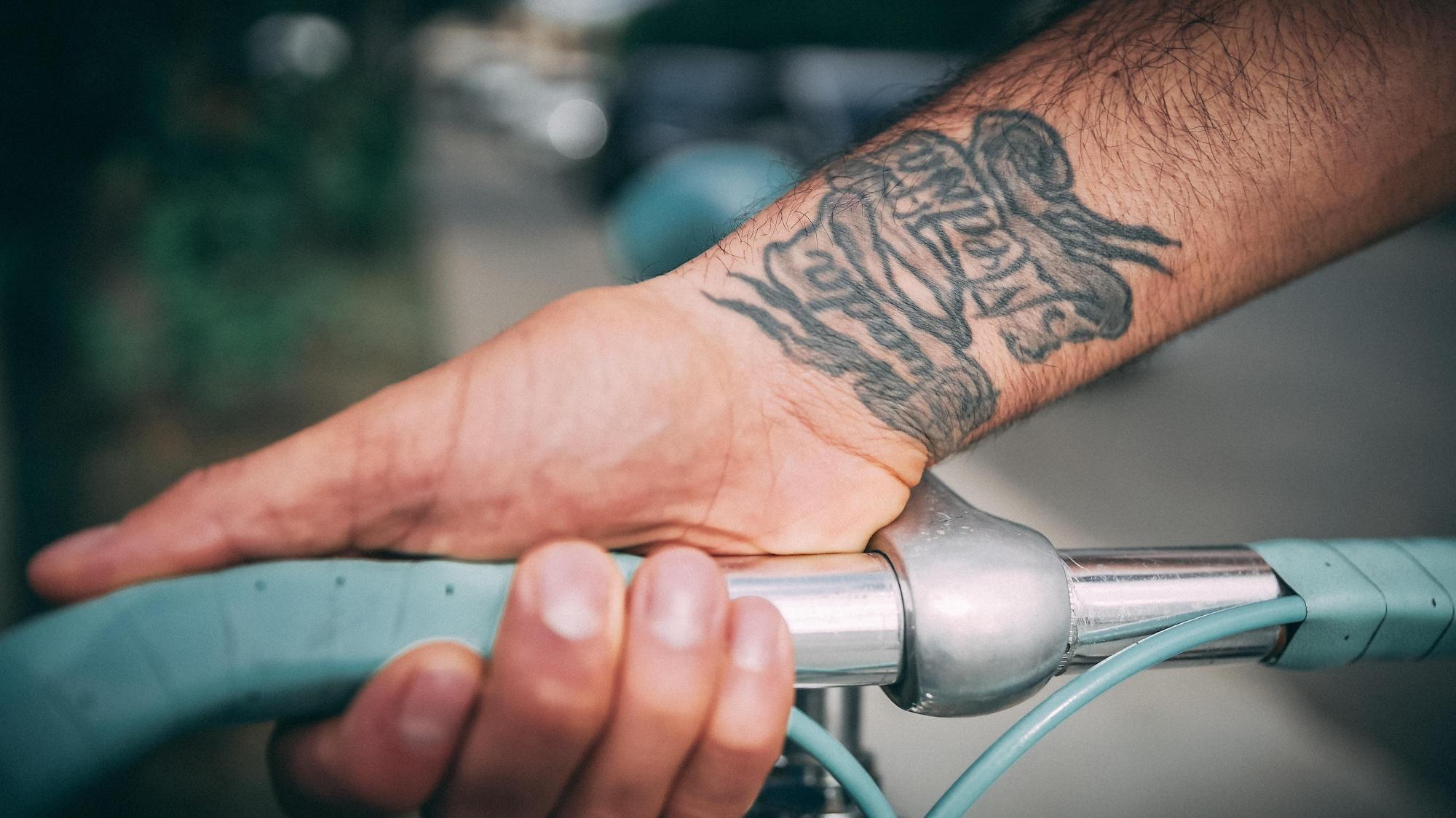 Le poignet droit de Mirsad Bektic montre un tatouage.