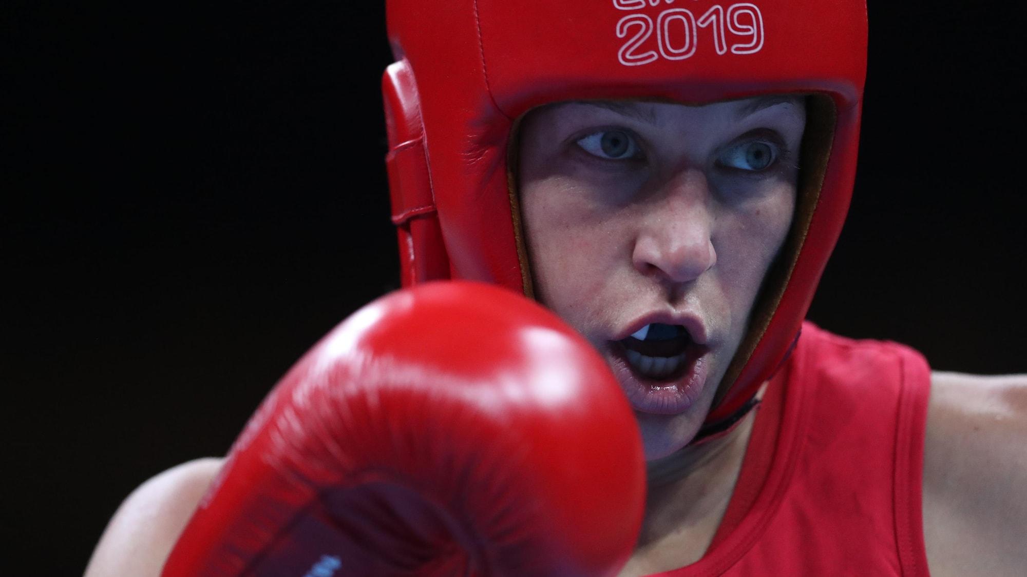 Une boxeuse regarde son adversaire pendant un combat.