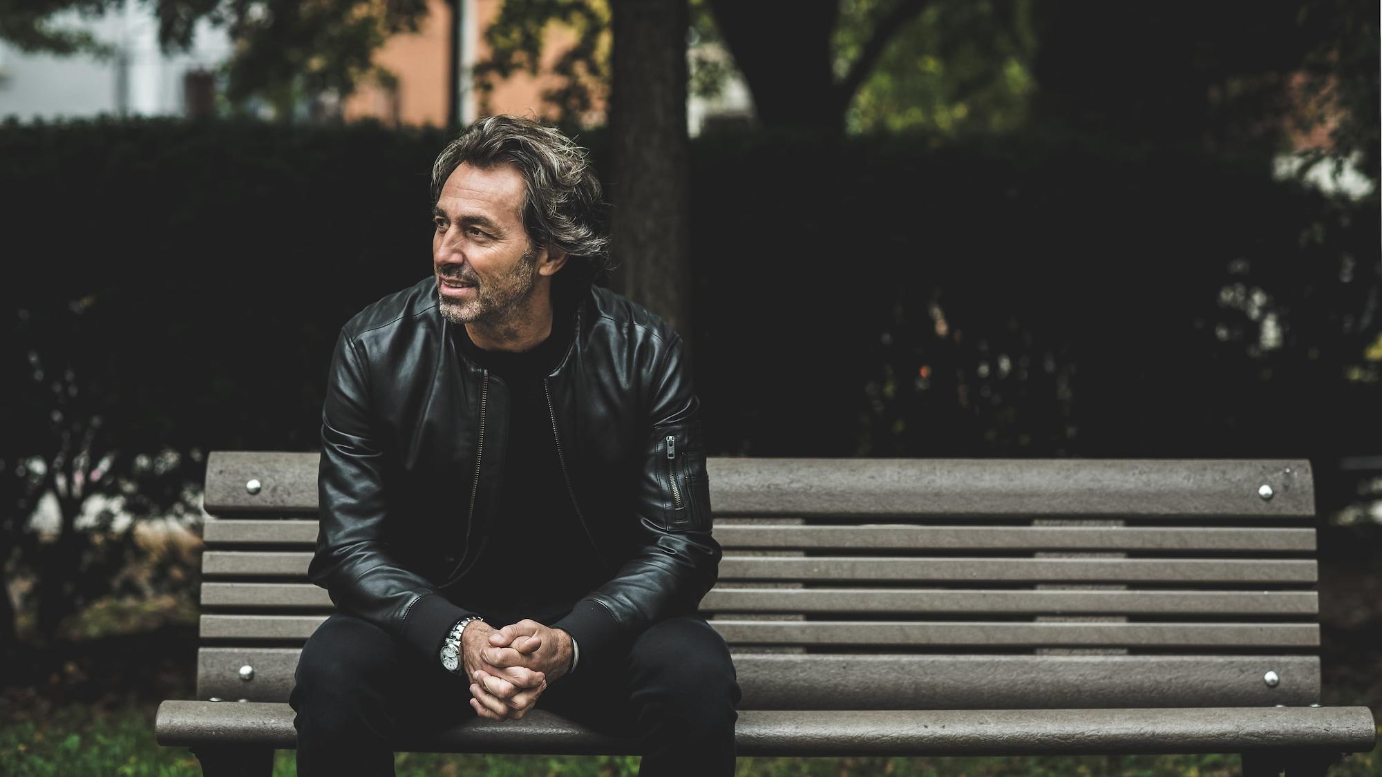Nick De Santis est assis sur un banc de parc.