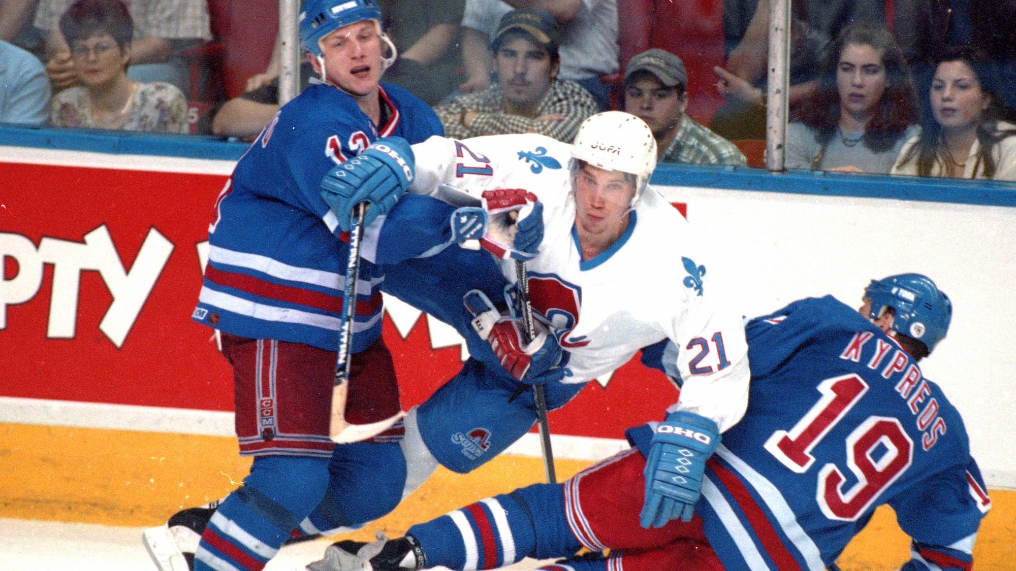 Peter Forsberg, des Nordiques, entre en contact avec deux adversaires des Rangers pendant le dernier match disputé à Québec.