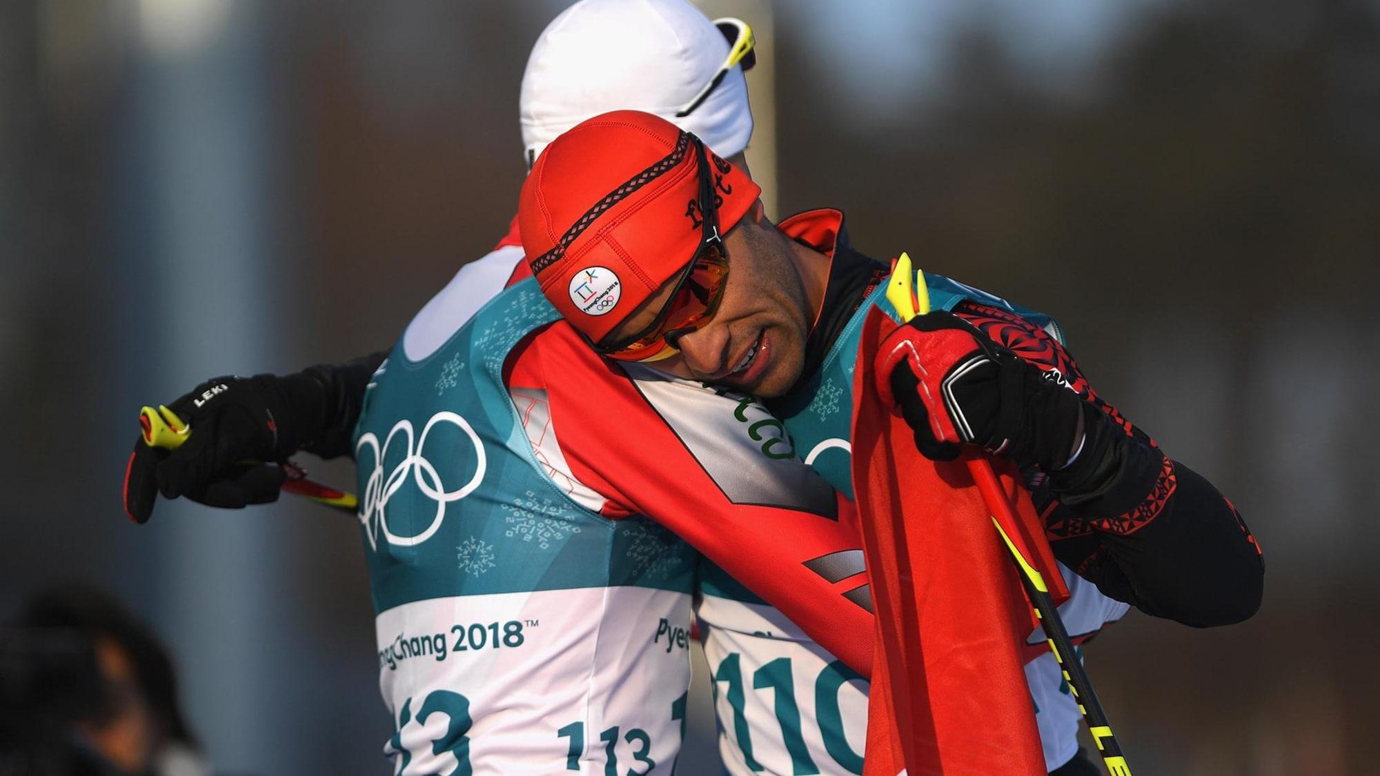 Deux skieurs se font l'accolade.