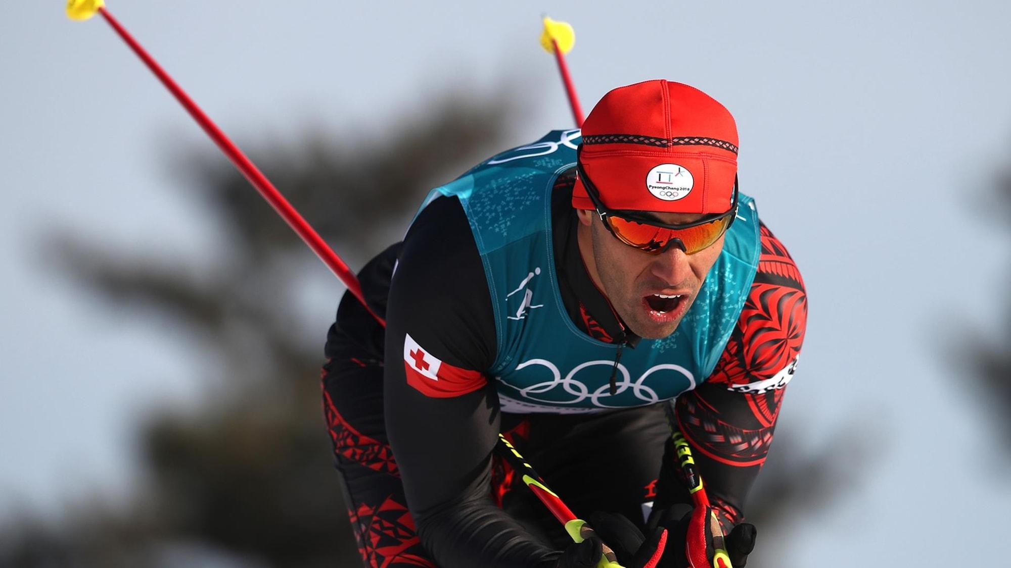 Un skieur de fond est penché et se laisse glisser.
