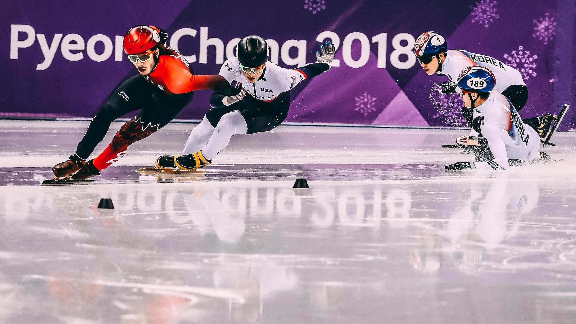 Samuel Girard devant l'Américain John-Henry Krueger et les Sud-Coréens Yira Seo et Hyojun Lim, qui chute, en finale du 1000 m aux Jeux olympiques de Pyeongchang.