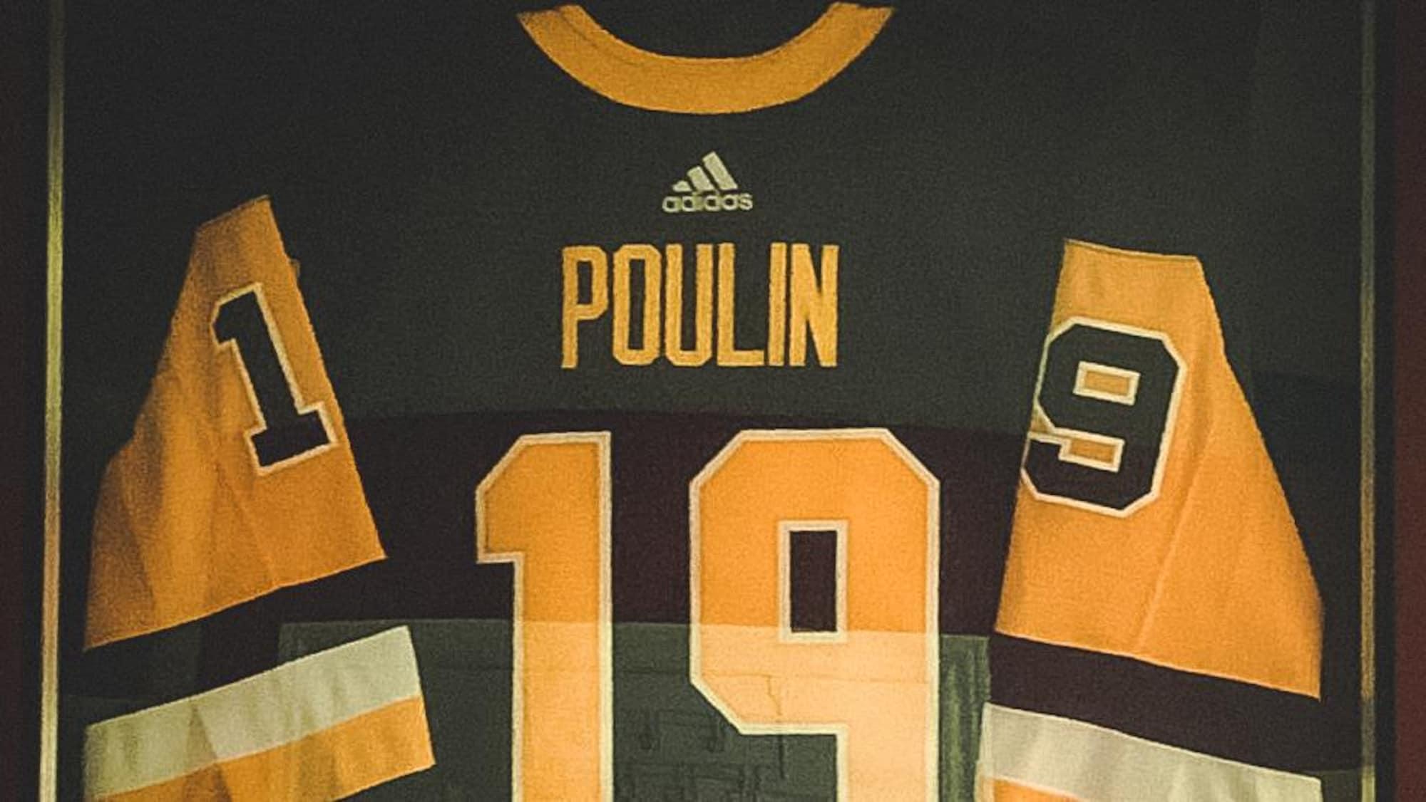 Le chandail des Penguins que Samuel Poulin a fait encadrer.
