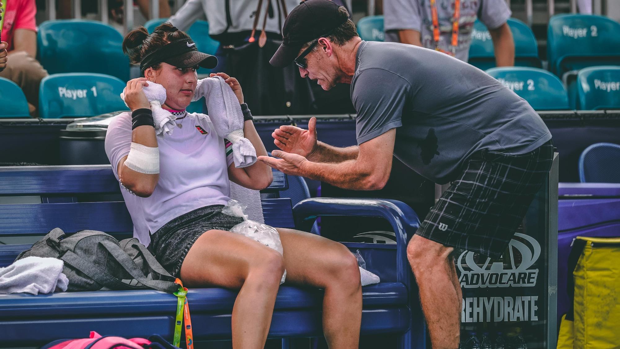 L'entraîneur Sylvain Bruneau donne ses directives à Bianca Andreescu pendant le tournoi de Miami, en mars 2019.