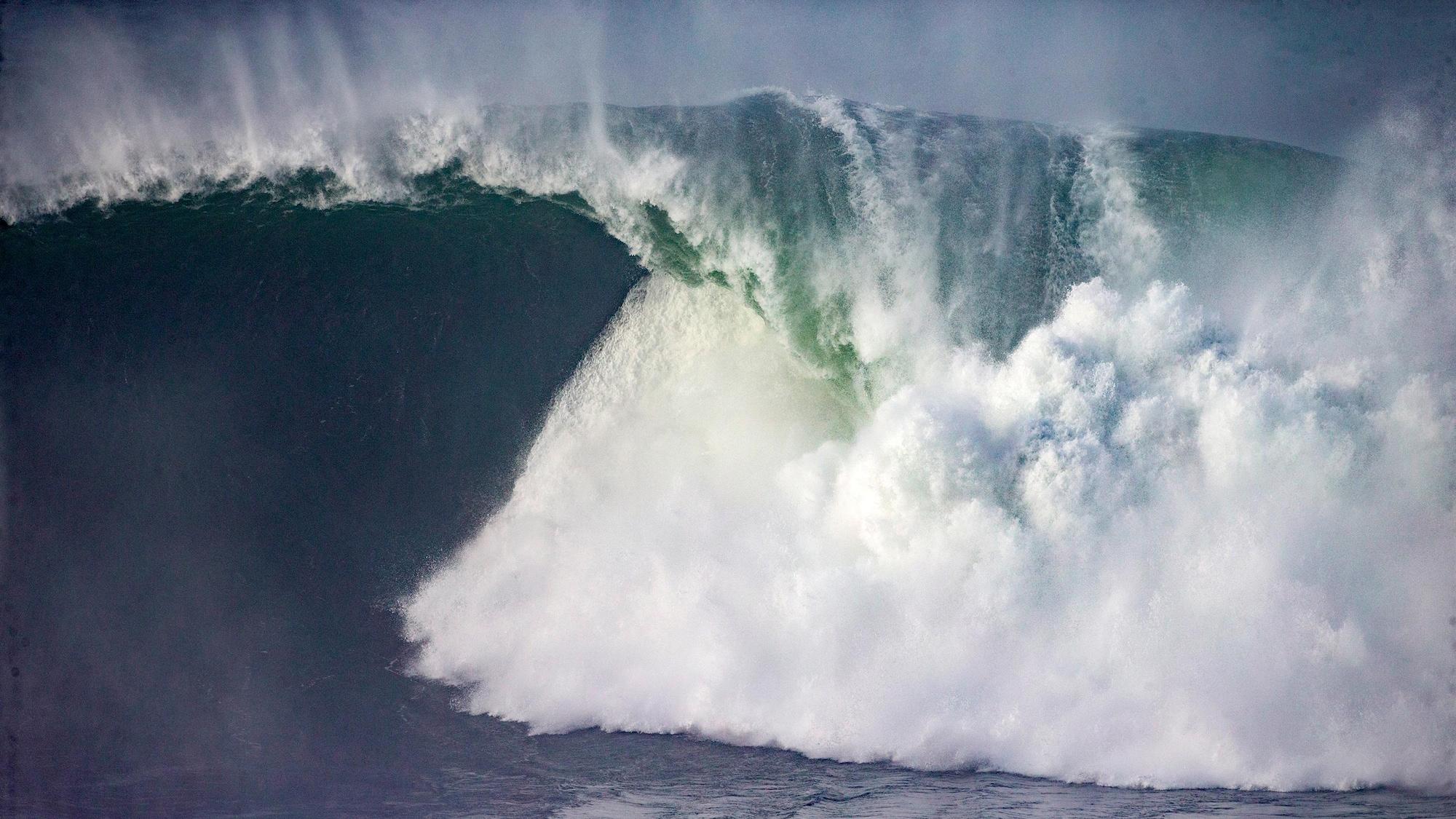 Une vague casse au large de Nazaré, au Portugal, en février 2020.