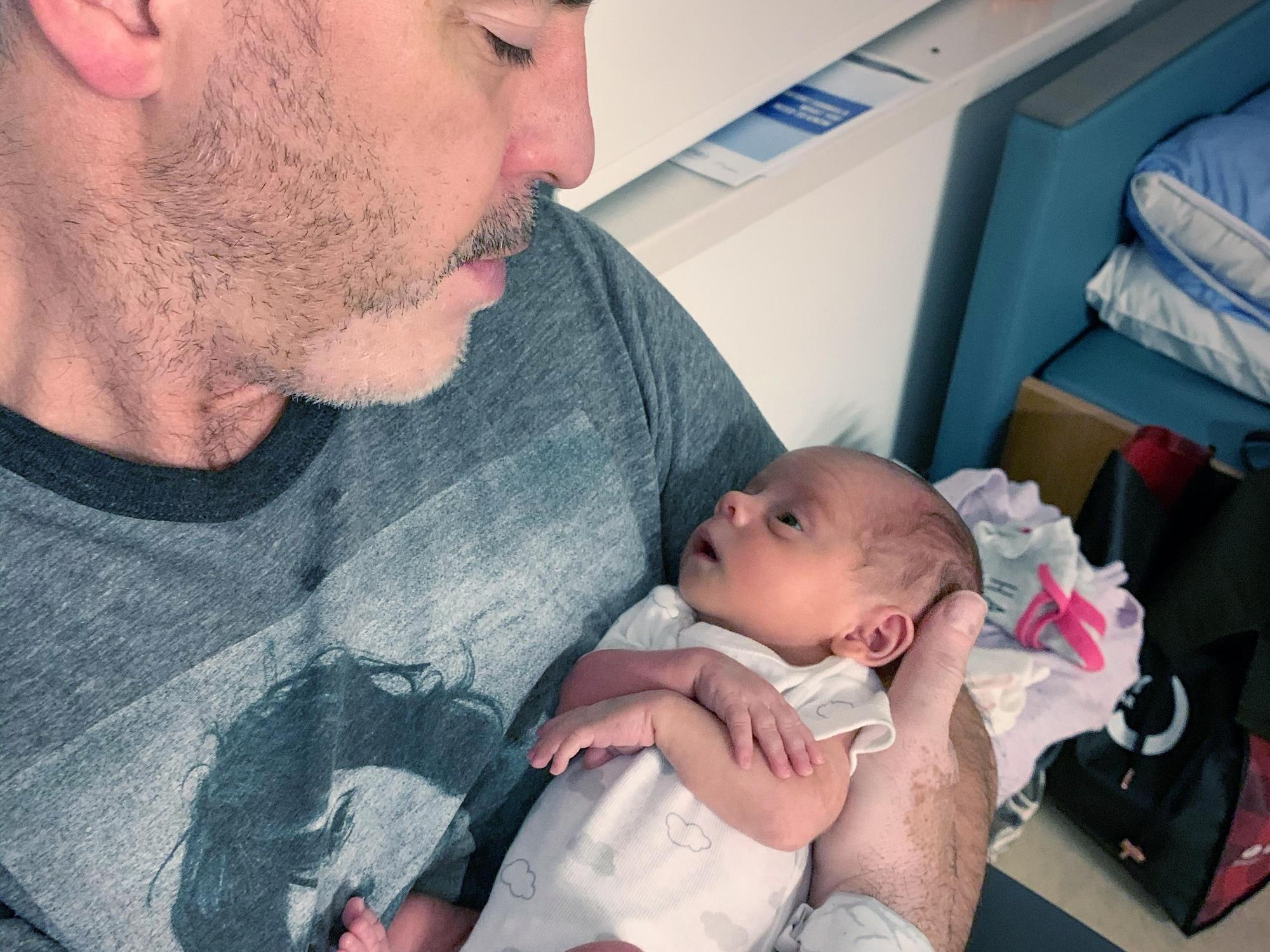 Bruno Marcotte tient sa toute petite fille Zoey dans ses bras.
