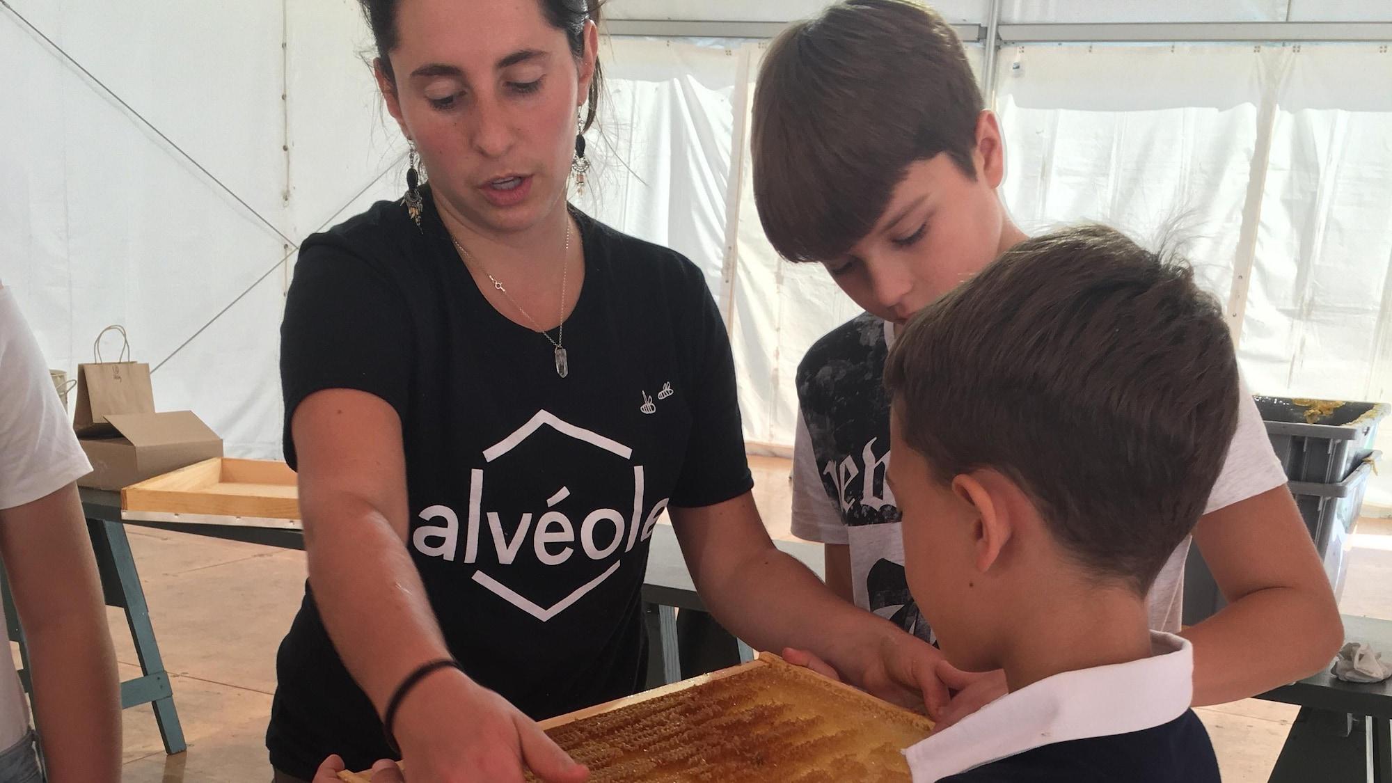 Les enfants et l'animatrice récolte le miel