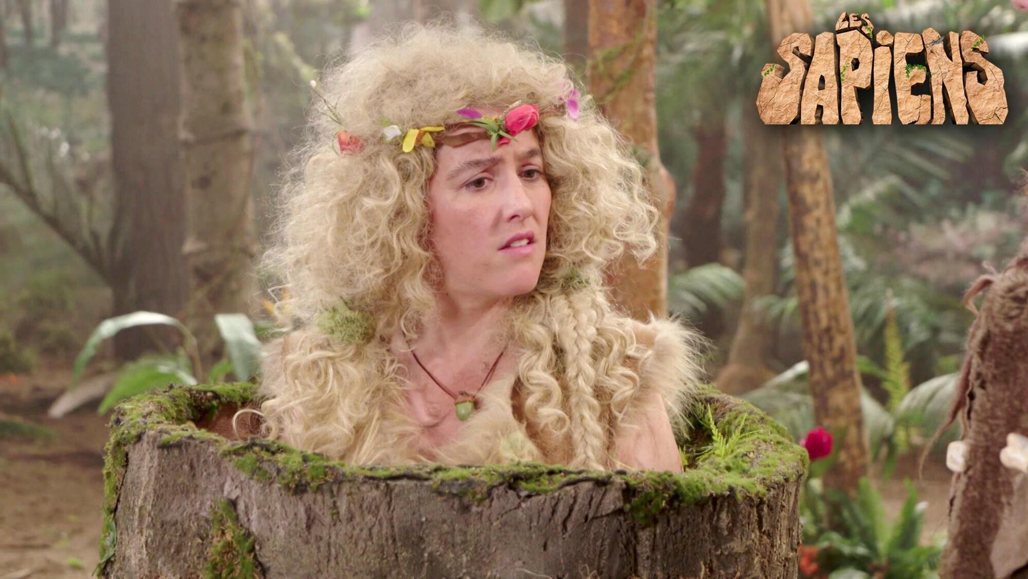 Garnotte s'est glissée dans un tronc d'arbre pour se déguiser en dame de la forêt.
