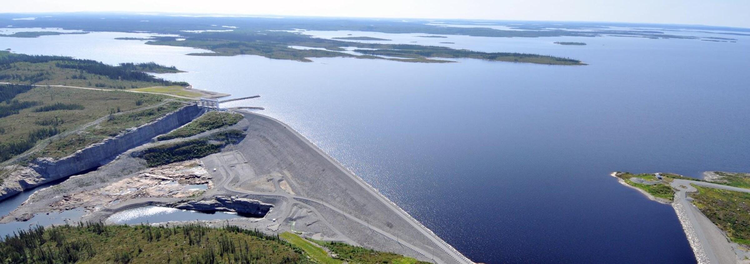 Une photo aérienne du réservoir et du barrage.