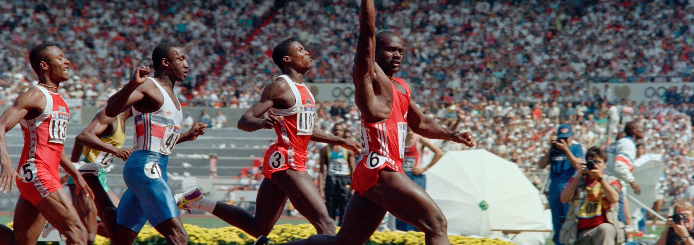 Ben Johnson est suivi par Carl Lewis, Linford Christie et Calvin Smith sur la piste du 100 m des Jeux olympiques de Séoul.