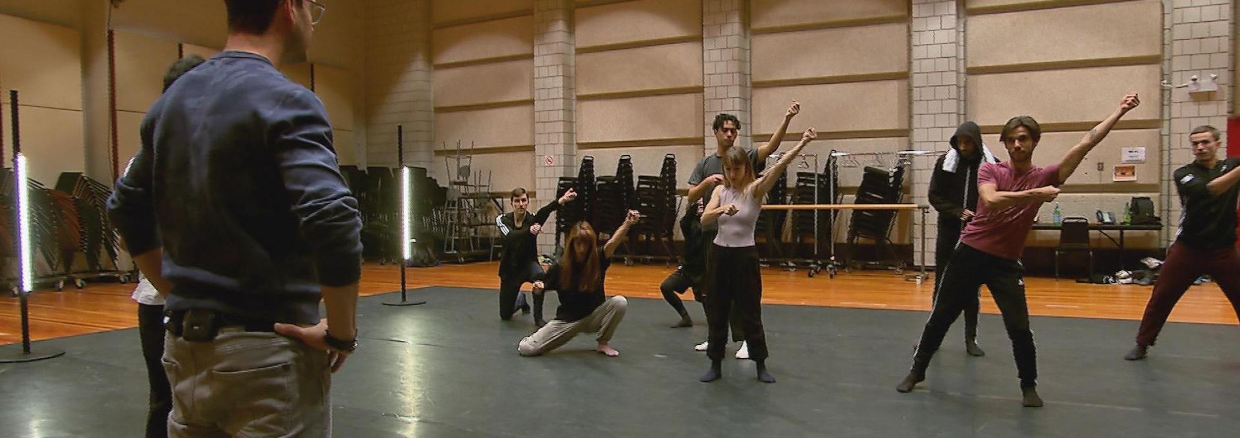 Un homme observe des danseurs.