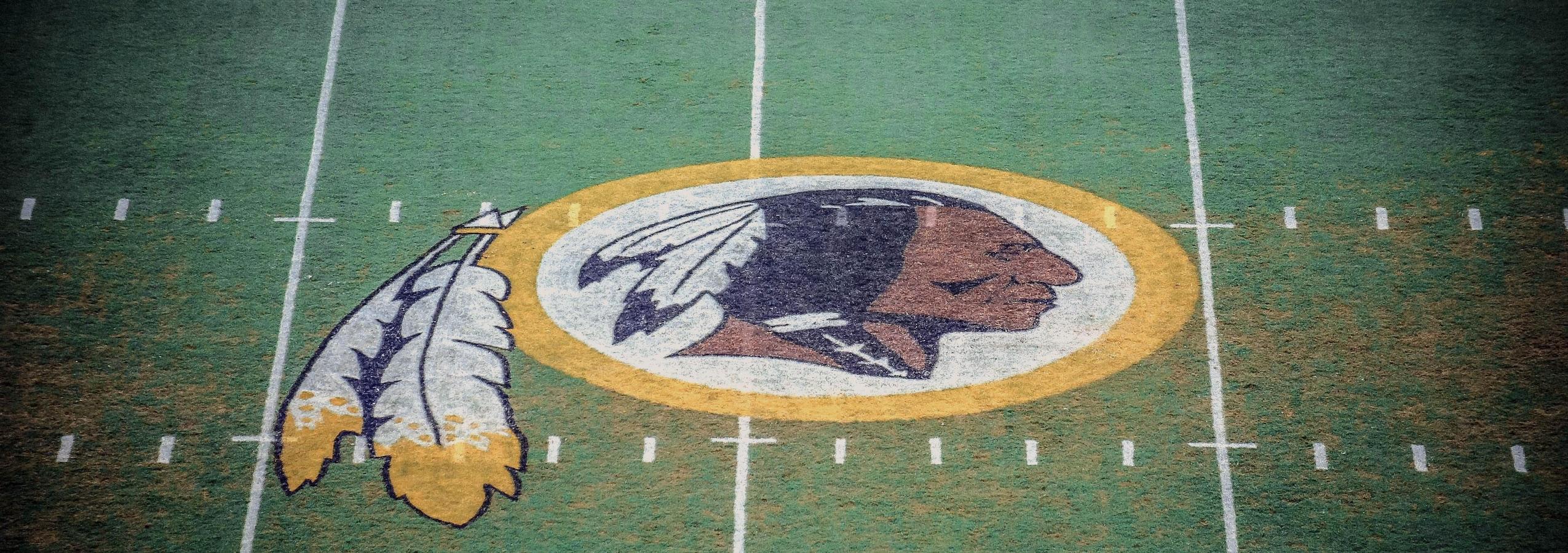 Le logo des Redskins de Washington apparaît au centre de leur terrain.