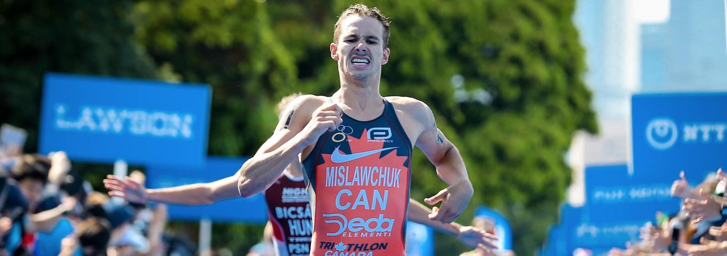 Le triathlonien Tyler Mislawchuk effectue un sprint vers la ligne d'arrivée.