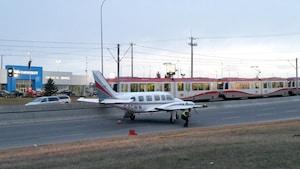 Un avion atterrit au milieu d'une rue de Calgary