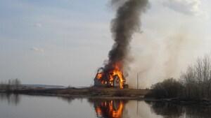 Un monument de Longlac ravagé par les flammes