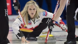 Jennifer Jones remporte son premier duel au Mondial de curling féminin