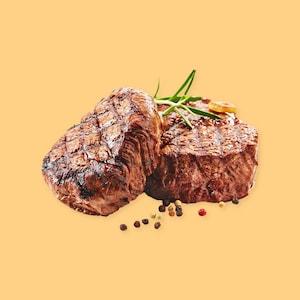 Deux morceaux de bœuf bien grillés.