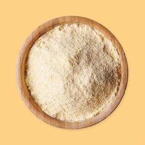 Un bol de farine de maïs.