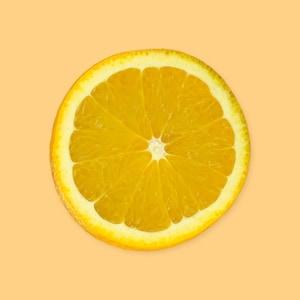 Une rondelle d'orange sur un fond jaune.