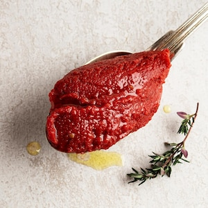 Du concentré de tomates dans une cuillère.