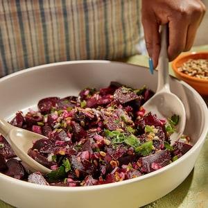 Un grand bol rempli de salade de betteraves.