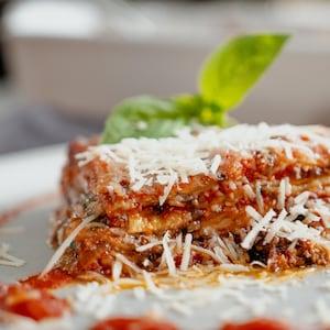 Une assiette d'aubergines parmigiana.